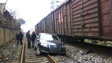 司机错将油门当作了刹车 轿车冲进火车道