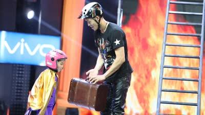 6岁女童酷炫车技惊全场 成龙盛赞国际顶尖水平