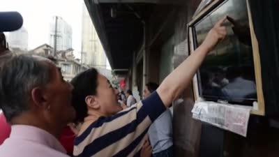 马路股市沙龙成街景 福建大学生办失恋展