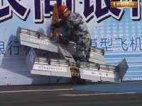 无人机坠地撞穿广告牌 空军工大创意飞行失败