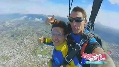 叶一茜被外国壮汉教练熊抱 高空跳伞变黑色五分钟
