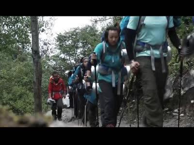 翻越4300米 遥望处女峰