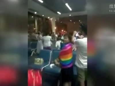 [视频]中国游客疑飞机延误大闹曼谷机场