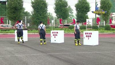 王嘉尔挑战心理防线 与消防犬亲密接触