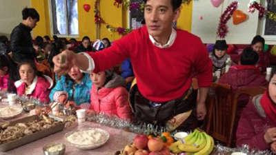 藏族孤贫儿童办别样新年晚会 志愿老师舍弃分娩妻子伴左右
