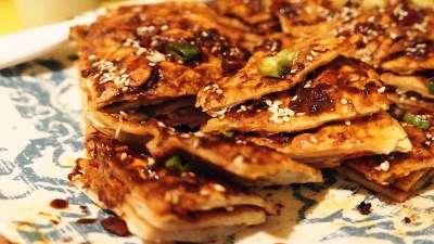 风靡街头的民族小吃 美味的土家酱香饼