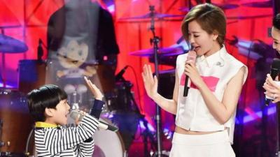 张靓颖跟孩子现场飙歌 自责与母亲联系少