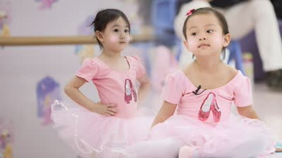 """甜馨奥莉合体跳芭蕾 杜江对嗯哼疯狂""""壁咚"""""""