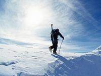 登顶险峰挑战悬崖 滑雪牛人挑战瑞士雪山