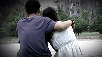 红衣女子被男友绑架 语音不详的电话求救