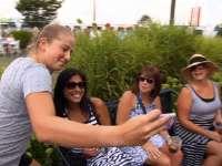 WTA杂志第8期 奥斯塔彭科玩自拍游戏