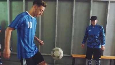 厄齐尔大玩花式足球 穿裆炫技看傻街球达人