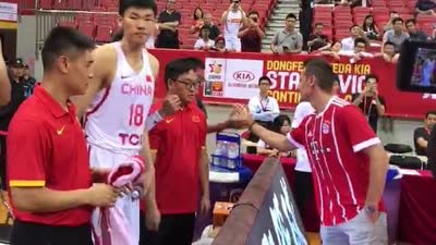 克洛泽赛前帅气握手 男篮队员一秒变迷弟