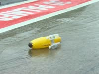 各车队自制小船大赛 雷诺香蕉艇颜值胜出