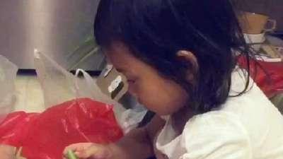 甜馨摘豆角有模有样 帮做家务懂事乖巧