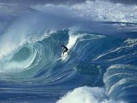 美国冲浪者被巨浪卷入海中 极限逃生险些丧命