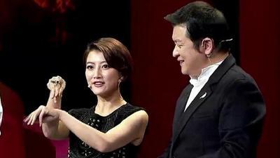 卫姓传家宝亮相舞台惊艳全场 演员卫莱名模卫薇儿PK吸睛