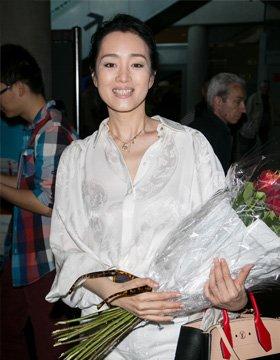 """巩俐""""君临""""戛纳气场强 遭媒体围堵淡定以对"""