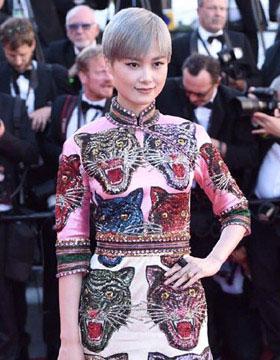 李宇春红毯变装 高叉旗袍穿出新时尚
