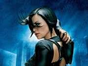 超能女战士挥枪热舞