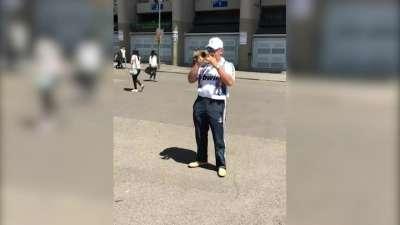 伯纳乌之歌响彻马德里 七旬老汉街头献礼展西班牙足球风潮