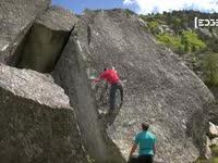 徒手攀岩惊险万分 玩的就是心跳和刺激