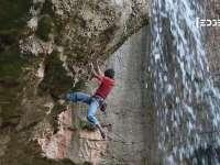 悬崖峭壁别有洞天 徒手攀岩景如画