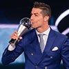 C罗当选世界足球先生-一年揽三大奖超越两传奇