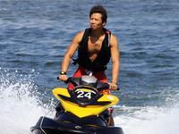 水上摩托竞速赛 大咖劈风斩浪勇闯水帘洞