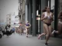 比基尼女郎闹市跑步   性感火辣呼吁女性自由