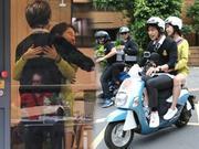 陈柏霖宋智孝台北街头放闪 拥抱搂腰骑摩托