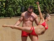 女星穿比基尼练瑜伽 与老公合体姿势惊人