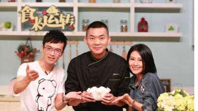 顶级西餐大厨刘鹏来做菜 歌手李慧珍热心打下手