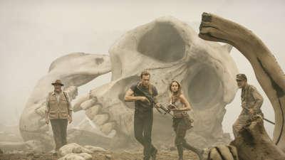 《金刚:骷髅岛》日本预告片 史上最高最壮的金刚发威