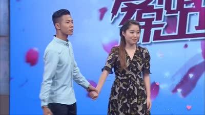 女友摸异性大腿惹怒男友