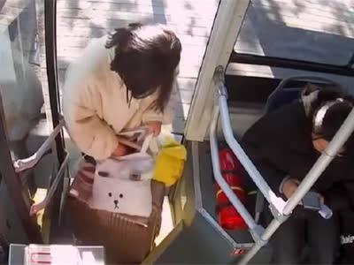 女孩手机被偷身无分文,公交司机赠50元