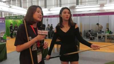 美女记者带你寻宝 广州台球展有啥好玩的?