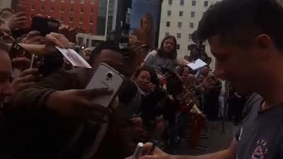 场面堪比演唱会!莱万在下榻宾馆被粉丝围堵