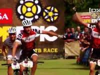 自行车越野赛落幕 选手香槟庆祝