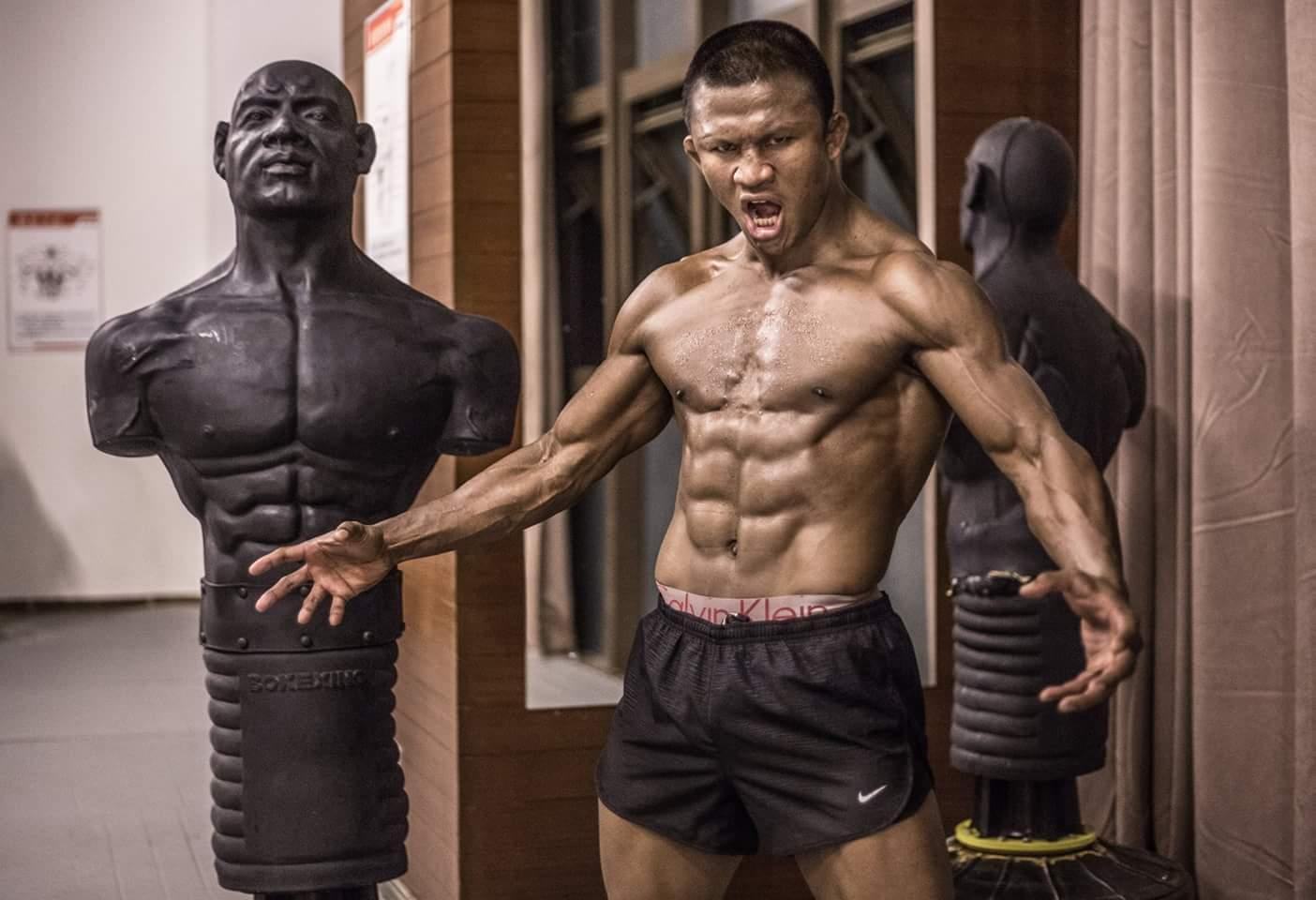 播求的肌肉线条近乎完美,出众的身体素质保证他可以在高强度对抗中占据上风。