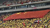 中韩比赛激战正酣 中国球迷齐声高唱国歌