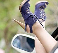 穿高跟鞋开车是作死