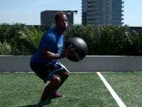 橄榄球身体训练课 松紧带限制下的髋部旋转推球训练