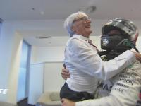F1阿布扎比站正赛赛后 罗斯伯格抱起伯尼庆祝