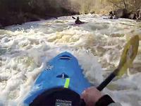 皮划艇激流回旋 演绎飞流直下三千尺
