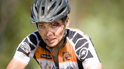 南非山地车赛频现摔车 女车手脸部带血坚持完赛