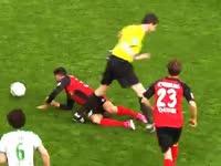 【搞笑时刻】弗赖堡妖星被裁判撞倒遭反击丢球
