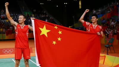 中国羽毛球第一金!傅海峰张楠赛后展示国旗