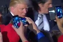 特朗普与支持者握手表示感谢