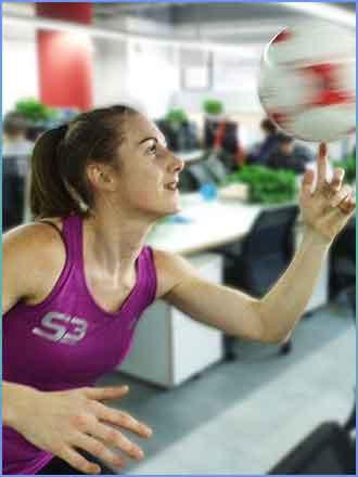 《星战穿梭》女花式足球冠军降临 克瓜对攻不设防